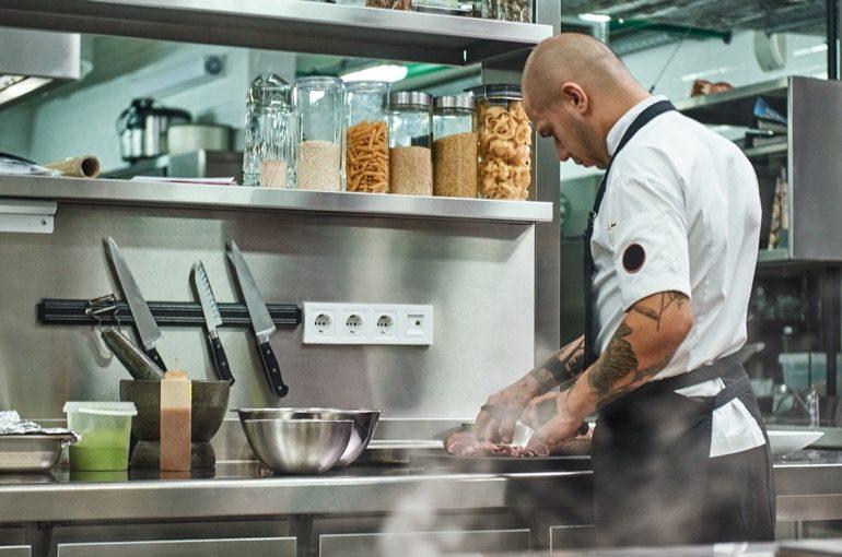Koch bei Speisen Zubereitung